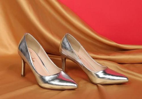 Giày cao gót kitten heels EH023 (GO) Erosska gót nhọn 7cm thời trang ánh kim, thích hợp mang trong các dịp dạ tiệc phối cùng váy áo màu đen, trắng, be hoặc ánh kim. Giá 400.000 đồng giảm còn 199.000 đồng.