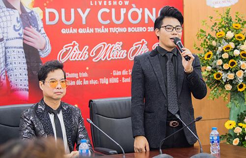 Duy Cường và cha nuôi - ca sĩ Ngọc Sơn trong buổi họp báo hôm 16/9 ở Hà Nội.
