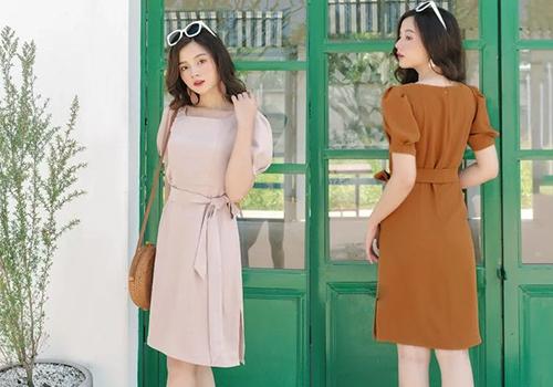 Đầm cổ vuông tay bồng - AD190010 màu pastel nhã nhặn dành riêng cho bạn gái trong mùa thu. Cùng với sandals, túi cói cũng là phụ kiện được nhiều cô nàng yêu thích khi diện đầm tay bồng, mang đến vẻ yểu điệu, nữ tính cho bạn gái. Giá đầm: 375.000 đồng.