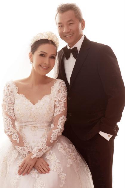 Doanh nhân Hà Tôn Đức chụp ảnh cưới cùng vợ.