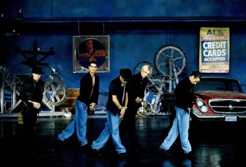 Năm 1997, BSB tiếp tục thành công với album thứ hai Backstreets Back. Không lâu sau, nhóm ghép các ca khúc từ hai album đầu để ra mắt một album tổng hợp. Đây là album đầu tiên của nhóm được phát hành tại thị trường Mỹ. Album tổng hợp này giúp BSB giành giải Album của năm tại Billboard Music Award 1998. Ảnh: REX.