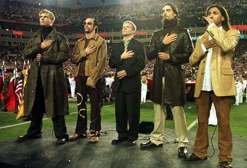Tháng 11/2000, BSB phát hành album thứ tư Black and Blue. Hơn 5 triệu bản bán được bán ra trong tuần đầu tiên phát hành, phá kỷ lục doanh số thế giới thời bấy giờ. Tháng 1/2001, nhóm được mời hát quốc ca Mỹ tại sự kiện Siêu cúp Bóng bầu dục Mỹ, một sự kiện truyền hình nổi tiếng bậc nhất tại quốc gia này. Ảnh: AllSport.