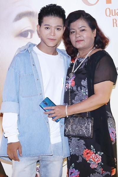 Mẹ Quang Anh hiện là quản lý của cậu.