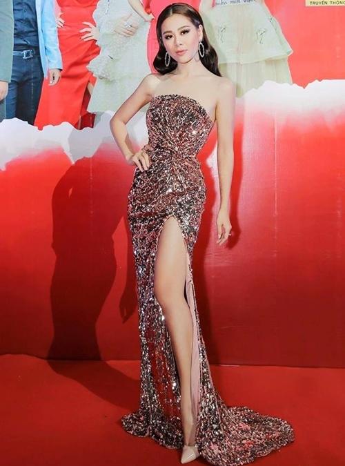 Nam Thư tôn hình thể với chiếc váy cúp ngựcxoắn eo ngẫu hứng, xẻ tà sâu. Theo NTK Hà Thanh Huy, tinh thần của trang phục là thanh lịch, sang trọng.