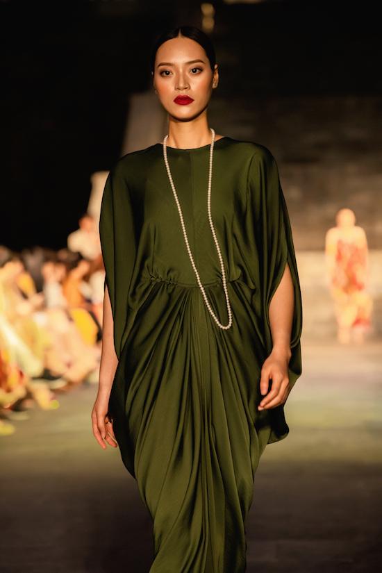 Dàn mẫu diện váy lụa catwalk