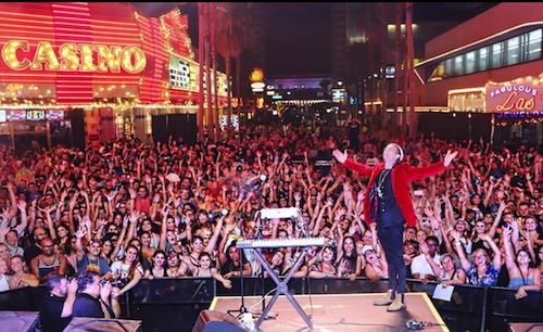 Aaron Carter (áo đỏ) biểu diễn tại Las Vegas hồi tháng 7. Ảnh: Instagram.