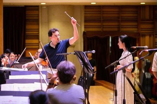 Phạm Thùy Dung tập luyện với Dàn nhạc Giao hưởng Mặt trời chuẩn bị cho live concert Trăng hát