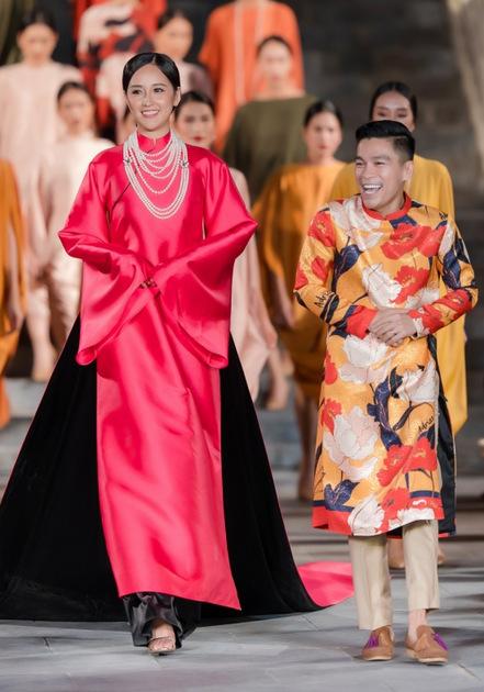 Mai Phương Thúy và Adrian Anh Tuấn chào tạm biệt khán giả.