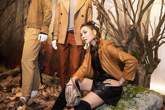 Siêu mẫu Thanh Hằng xuất hiện với trang phục cá tính không kém phần đẳng cấp. Người đẹp mix&match chiếc áo jacket da màu nâu với chân váy màu đen, tóc được tạo dáng kiểu đuôi ngựa buộc cao, tết lọn.