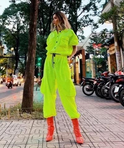 HHen Niê kết hợp màu sắc táo bạogiữa bốt đỏ và bộ đồ thể thao xanh nõn chuối.