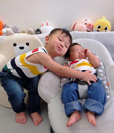 Hai con trai Hồ Hạnh Nhi. Ảnh: Weibo.