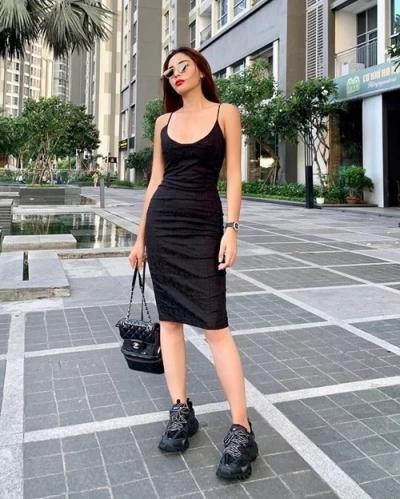 Kỳ Duyên chọn kiểu váy hai dây đen tối giản rất được ưa chuộng trong thập niên cũ.