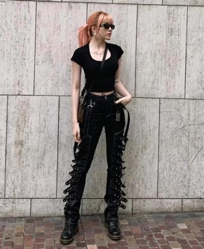 Phong cách punk rộ lên ở giai đoạn cuối những năm 1990 được Thiều Bảo Trâm chọn lựa với kiểu quần