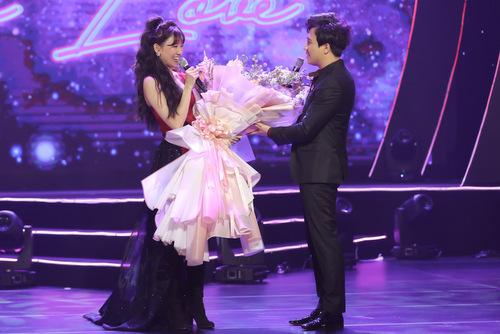Trấn Thành tặng hoa cho Hari Won trên sân khấu.
