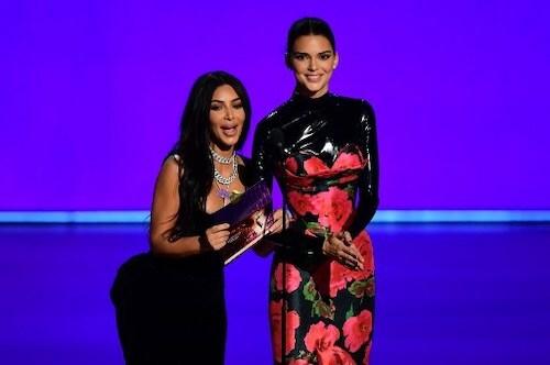 Kim Kardashian và Kendall Jenner trên sân khấu Emmy. Ảnh: AFP.