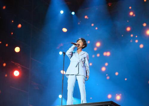 Tối 22/9, Vũ Cát Tường góp mặt trong đại nhạc hội Love song party 2. Cô thể hiện ca khúc Yêu xa, Cô gái đến từ hôm qua và thay đổi phong cách chỉ trong nháy mắt với các bản remix
