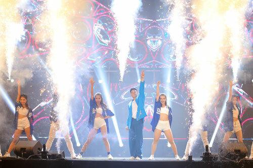 Vũ Cát Tường biểu diễn tại đại nhạc hội Love songs party 2 - 4