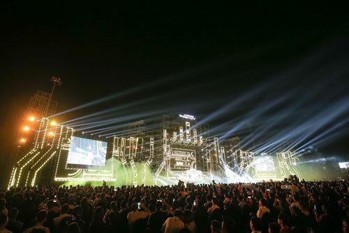Vũ Cát Tường biểu diễn tại đại nhạc hội Love songs party 2 - 5