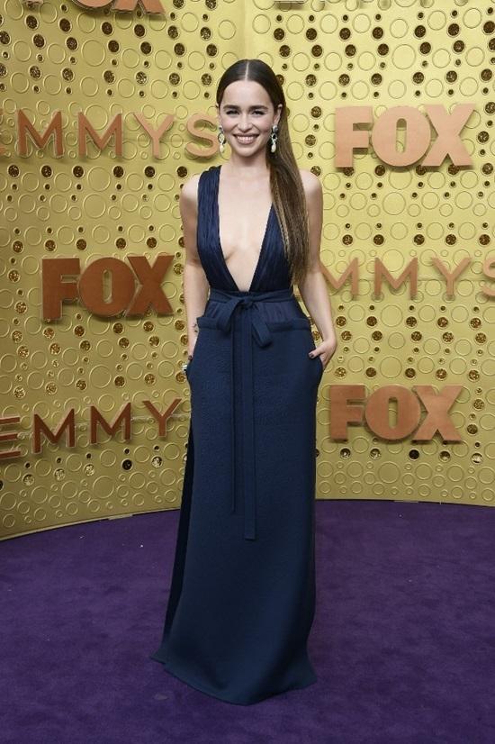 Emilia Clarke diện váy hở ngực ở Emmy 2019