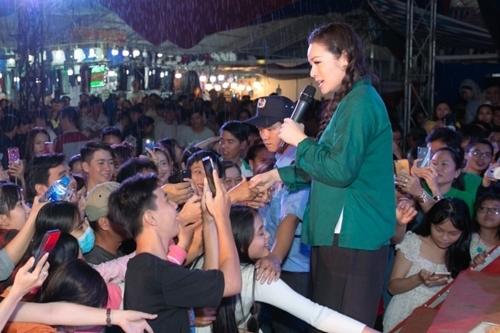 Nhiều khán giả đứng trong mưa xem Nhật Kim Anh hát. Ảnh: HA.