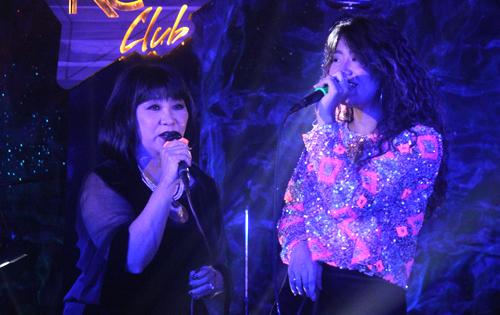 Cẩm Vân (trái) biểu diễn bên con gái.