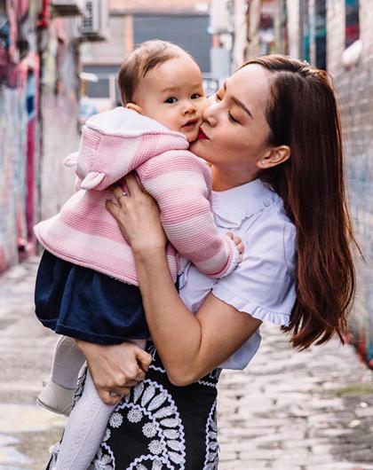 Lan Phương từng đưa bé Lina sang Anh thăm ông bà nội. Hồi tháng 7, gia đình cô đi du lịch ở Australia. Trong cácchuyến bay dài, Lina ngủ ngoan, ít khóc.