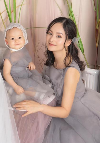 Lina thường cười tươi mỗi khi được xuất hiện trước máy quay, máy ảnh. Nhiều bạn bè Lan Phương đùa rằng bé có máu diễn xuất trong người giống mẹ.