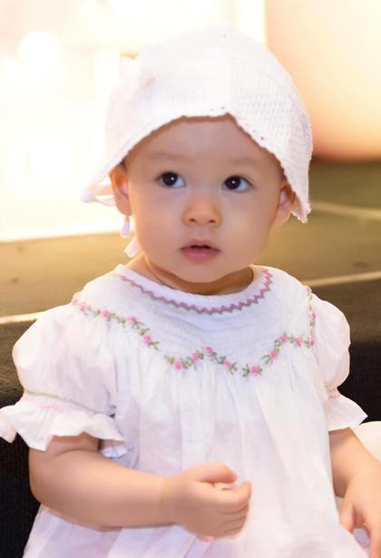 Bé Lina Linh bập bẹ nói cả tiếng Anh và tiếng Việt. Cô bé được mẹ sắm sửa nhiều váy áo điệu đà. Lan Phương kể cô thích cho Lina dùng các phụ kiện như mũ đội đầu, bờm. Từ khi còn nhỏ, Lina được mẹ đưa đi nhiều sự kiện, đến phim trường nên khá bạo dạn.