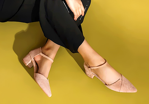 Màu pastel như màu da, kem giúp đôi chân trông dài hơn, đế gót vuông từ 5cm-7cm giúp bước đi chắc chắn. Tham khảo mẫu giày kitten heels mũi nhọn phối dây gót vuông cao 5cm của hãng giày Erosska, giá 220.000 đồng.
