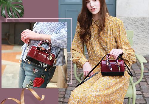 Túi jelly Venuco Madrid Z04S368 có quai xách tay tiện dụng, thiết kế bọc vải thời trang, giá 1,259 triệu đồng. Khi mua các sản phẩm thương hiệu Venuco trên Store Ngôi Sao trong tháng 9, với hóa đơn từ 1,5 triệu đồng, bạn được tặng 1 ví son màu bất kỳ trị giá 400.000 đồng.