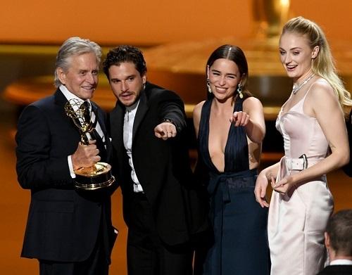 Michael Douglas (trái)trao giải Series chính kịch xuất sắc cho các diễn viên Game of Thrones, gồm Kit Harington, Emilia Clarke, Sophie Turner (từ trái sang). Ảnh: AFP.