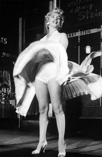 Chiếc váy trong cảnh quay kinh điển của Marilyn Monroe được bán đấu giá năm 2011 với giá 4,6 triệu USD. Ảnh: Reuters.