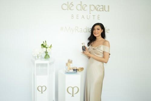 Hoa hậu Thùy Dung trải nghiệm sản phẩm tại sự kiện.
