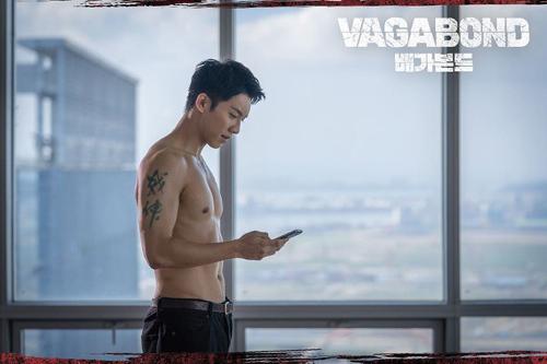 Lee Seung Gi cởi trần trong phim hành động. Ảnh: SBS.