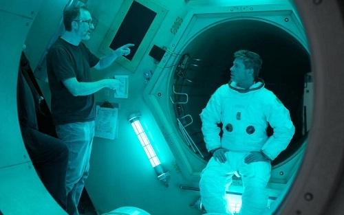 James Gray (trái) chỉ đạo Brad Pitt trên trường quay. Ảnh: Fox.