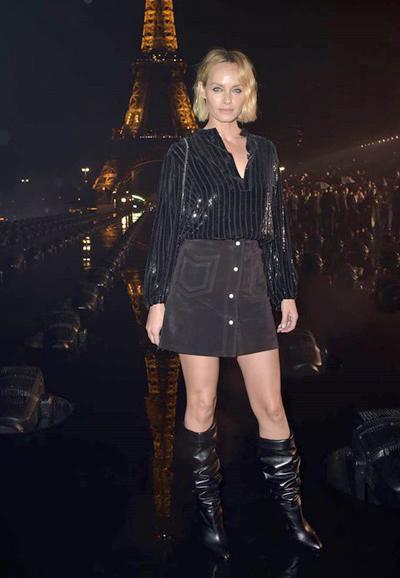 Chân dài Amber Valletta.