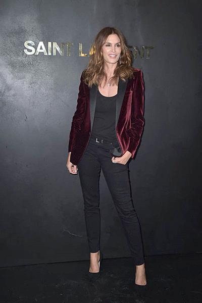 Siêu mẫu Cindy Crawford dùng blazer nhung đỏ làm điểm nhấn cho bộ quần áo bó sát màu đen.