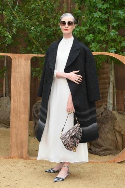 Người mẫu Erin OConnor diện phong cách đơn sắc với tông trắng đen.