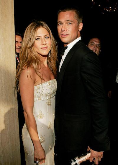 Brad Pitt hẹn hò Jennifer Aniston từ năm 1998, khi cả hai đang trên đỉnh cao sự nghiệp tại Hollywood. Tài tử mới nhận giải Quả cầu vàng đầu tiên với vai phụ trong phim Twelve Monkeys. Jennifer đang là cái tên được săn đón sau thành công của series F.R.I.E.N.D.S. Hai người kết hôn năm 2000 và ly dị năm 2005, sau khi Brad phải lòng Angelina Jolie.