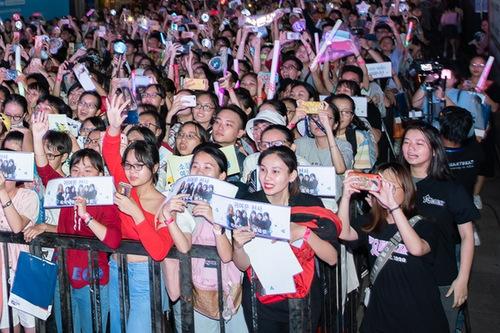 Hàng nghìn khán giả trẻ băng ảnh, băng rôn, gậy cổ vũ... để thể hiện tình yêu với các thần tượng.