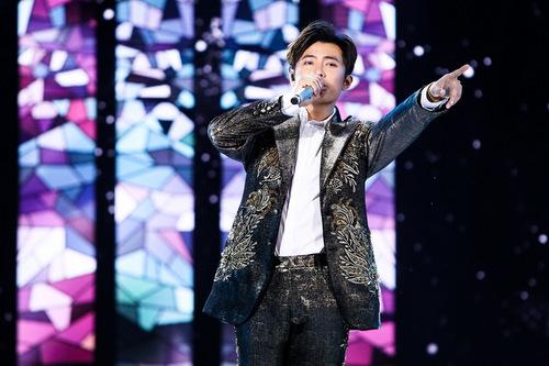 Gin Tuấn Kiệt mang tới bản ballad Không thể yêu ai được nữa. Ở tiết mục thứ hai, anh khuấy động sân khấuvới những màn vũ đạo.