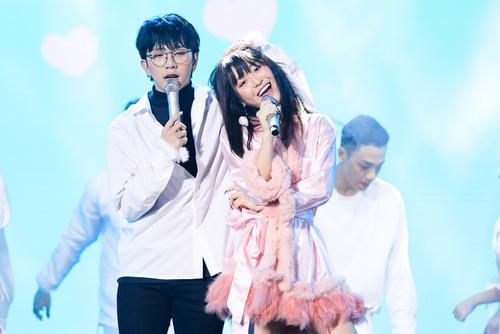 Han Sara và Tùng Maru kết hợp trong ca khúc Đếm cừu. Han Sara là ca sĩ người Hàn, sống và làm việc ở Việt Nam nhiều năm qua.