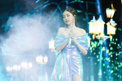 Một ca sĩ người Hàn khác, Jin Ju, thể hiện ca khúc Em lỡ yêu sai anh. Nữ ca sĩ được khen hát và giao lưu bằng tiếng Việt rõ lời.