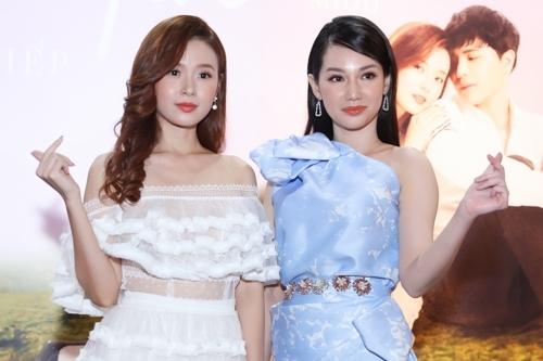 Quỳnh Chi (phải) bên nữ chính Midu trong buổi ra mắt phim giữa tháng 9 ở TP HCM.