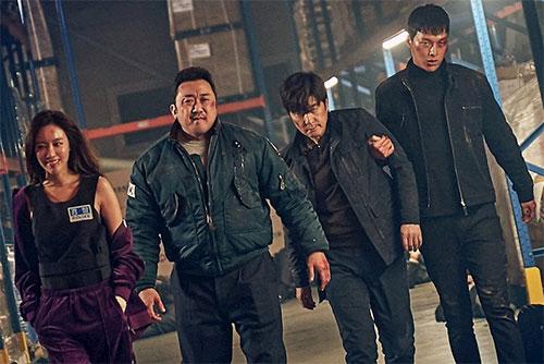 Từ trái sang phải: Kim A-joong trong vai thiên tài lừa đảo Kwak No-soon, tài tử Ma Dong-seok vai tay đấm Park Woong-chul, Kim Sang-joong thủ vaiđội trưởng Oh Gu-tak và cảnh sát trẻ lì lợm Ko Yoo-sung do Jang Ki-yong đảm nhận.