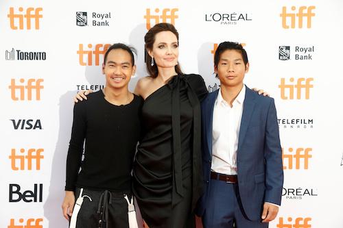 Maddox (trái) cùng mẹ và em trai Pax Thien. Ảnh: Reuters.