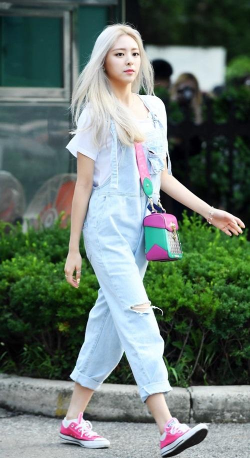 Ca sĩ Hàn Quốc Yuna (nhóm ITZY) mix đôi Converse màu hồng kẹo ngọt với yếm denim và áo thun trắng. Mới 16 tuổi, em út ITZY đã cao hơn 1,7m và phong cách thời trang thu hút.