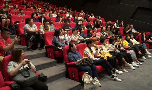 Khán giả Hàn ở lại giao lưu đoàn phim. Ảnh: Ân Nguyễn.