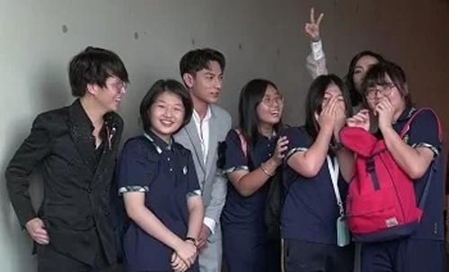 Một nhóm nữ sinh Hàn Quốc nán lại bên ngoài rạp để chụp ảnh với Isaac (thứ ba từ trái qua) vàđoàn phim. Ảnh: Ân Nguyễn.