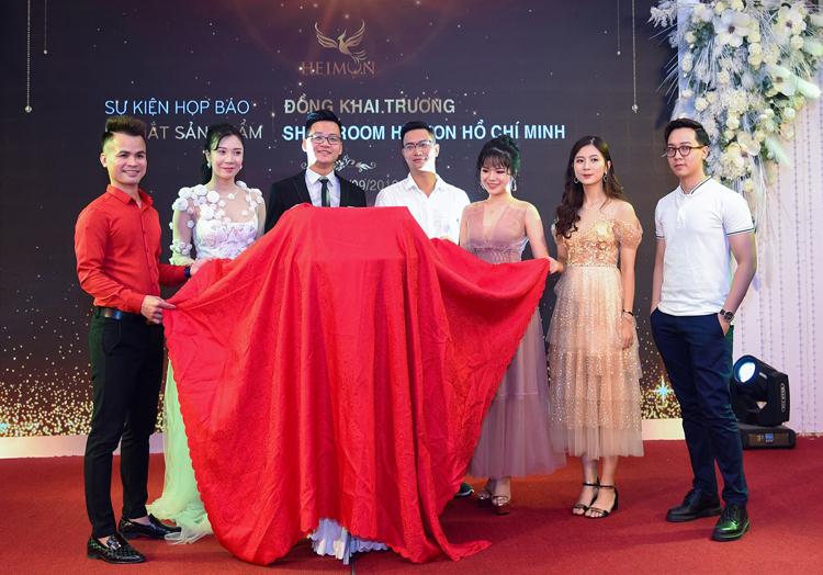 Ban lãnh đạo Công ty ICDI cùng dàn khách mời cắt băng khánh thành ra mắt sản phẩm mới đồng khai trương showroom TPHCM.